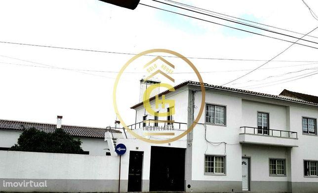 Moradia de 3 casas independentes com 7 quartos e quintal