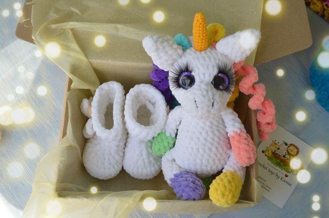 Подарок на рождение девочки.Пинетки и игрушка из мягкой плюшевой пряжи