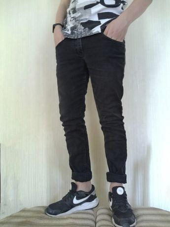 Чёрные джинсы (брюки)