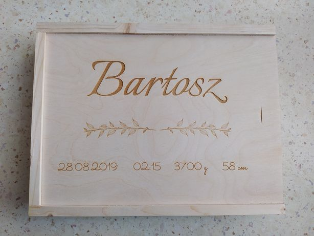 Pudełko na zdjęcia z dowolnym imieniem.