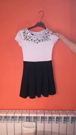 Sukienka biało czarna z ozdobami