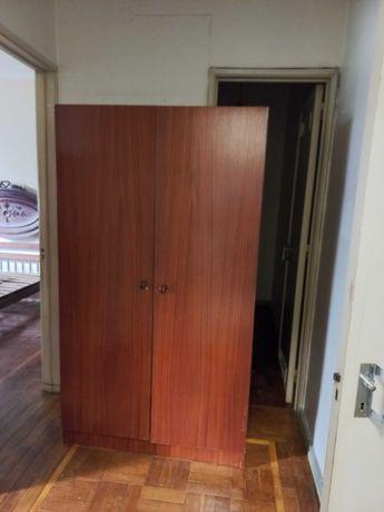 Roupeiro e sapateira em madeira, com duas portas, bom estado