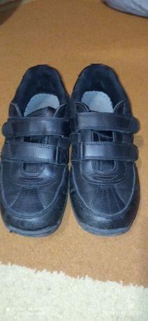 Кросівки, чорні на липучці. Розмір 38-39