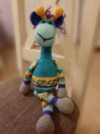 Żyrafa maskotka zrobiona na szydełku
