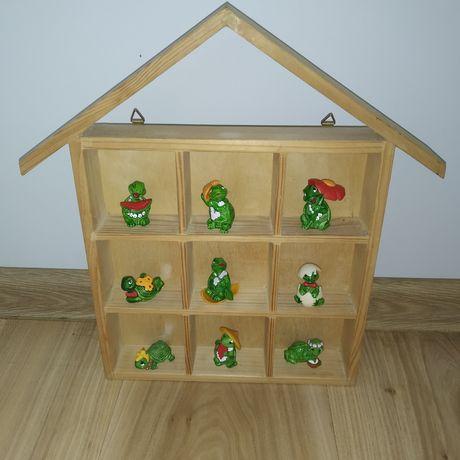 Domek drewniany, półka na figurki Kinder, resoraki