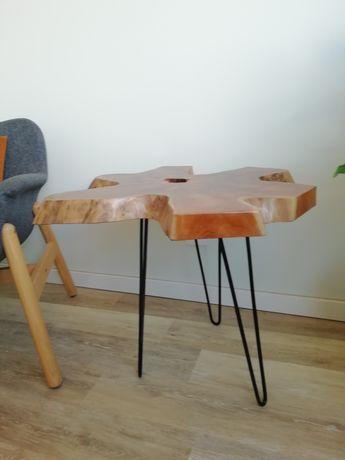 Mesa de apoio em  madeira com design orgânico