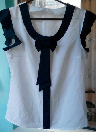 Белая шифоновая блуза с синим бантом, школьная.