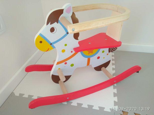 Śliczny drewniany koń na biegunach