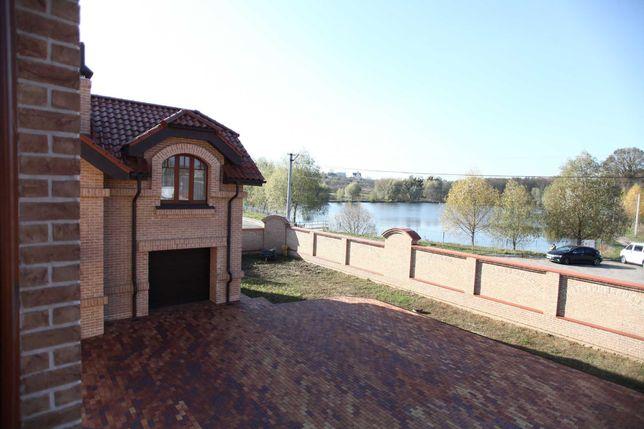 Качественный и красивый новый дом на берегу озера в Иванковичах