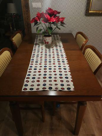 Stół. Duży, rodzinny stół.