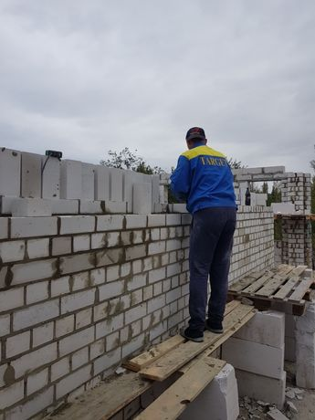 Строительство дома, кладка кирпича, газоблока, фундамент, крыша.