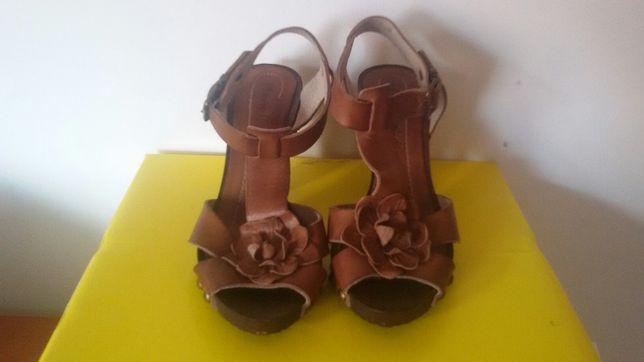Vendo um par de sandálias em pele n35
