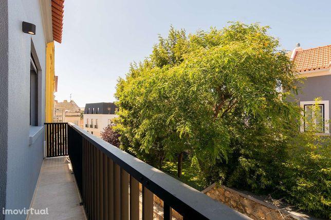 Moradia T3 com dois pisos e varanda situada no Monte Estoril