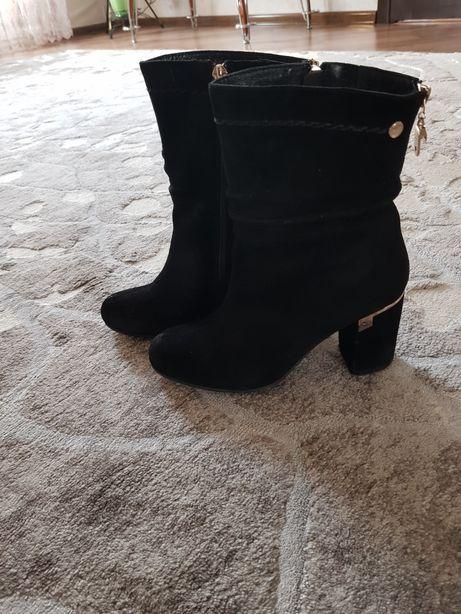 Продам замшеві чобітки