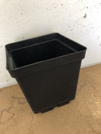 Sprzedam doniczki kwadratowe przemyslowe 16/16/16: 3 litry pojemnisci.