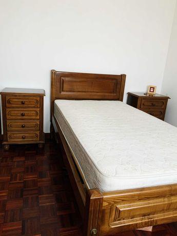 Cama Solteiro (incluindo colchão e duas mesinhas de cabeceira)