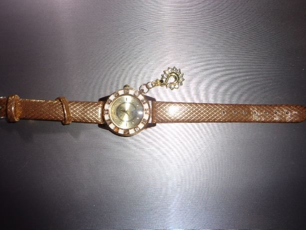 zegarek damski na ręke z ozdobąw złotym kolorze nowy