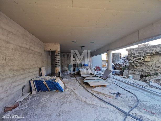 Loja em fase de construção, para arrendamento, na Abelheira