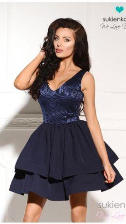 Rozkloszowana granatowa sukienka z wycięciem na plecach Sukienkowo S