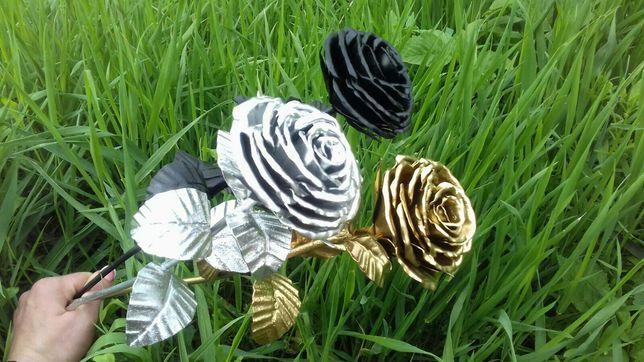 Троянда виготовлена із металла ковка