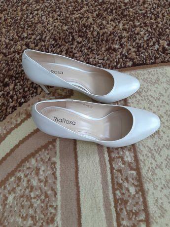 Продаю новые белые кожанные туфли