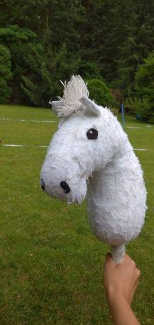 Hobbyhorse, hobby horse siwy z otwartym pyskiem