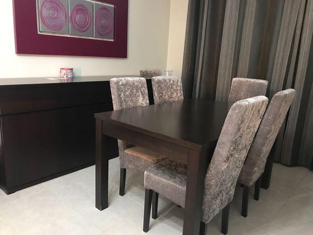 Mesa de sala de jantar extensível, com 6 cadeiras e aparador.