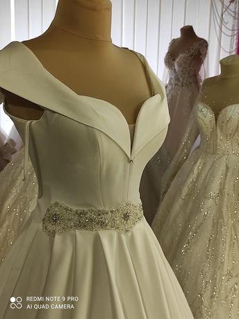 Весільна сукня, нова, колір молоко