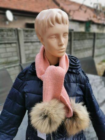 Różowy szalik z dwoma pomponami dla dziewczynki