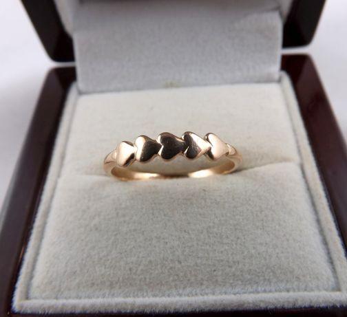 Delikatny złoty pierścionek z serduszkami 2G 585
