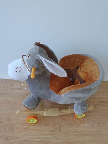 Brinquedo de madeira com rodas