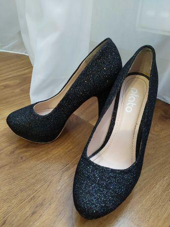 Туфли вечерние блестят