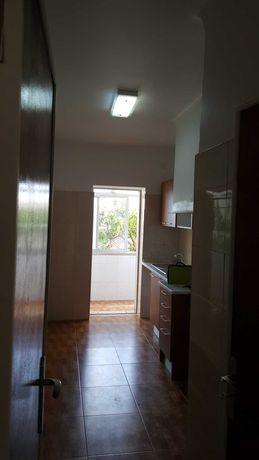 Apartamento remodelado t4 com uma sala grande e duas casas de banho .