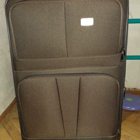 Большой чемодан на колёсах