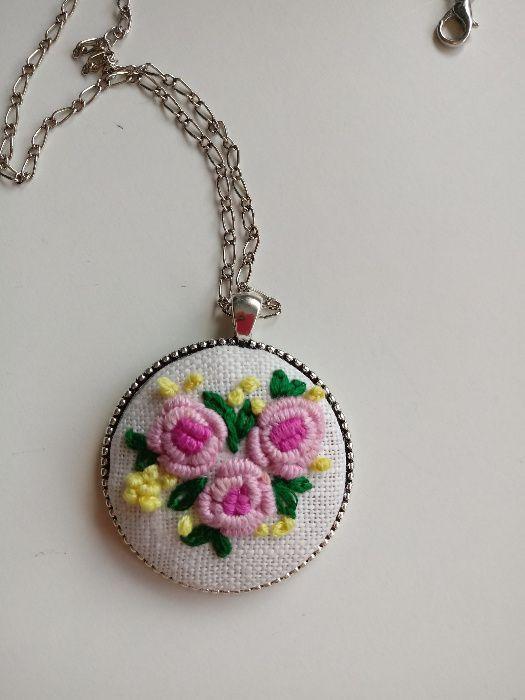 Wisior medalion z haftem