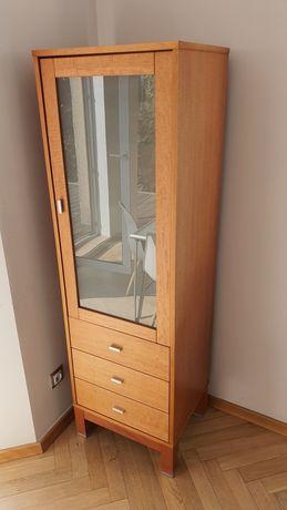 Witryna ze szklanymi drzwiczkami i szufladami