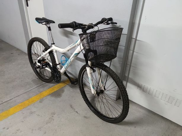 Bicicleta senhora com cesto