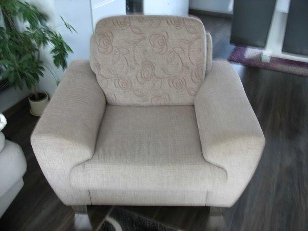 fotel wygodny w kolorze beżu