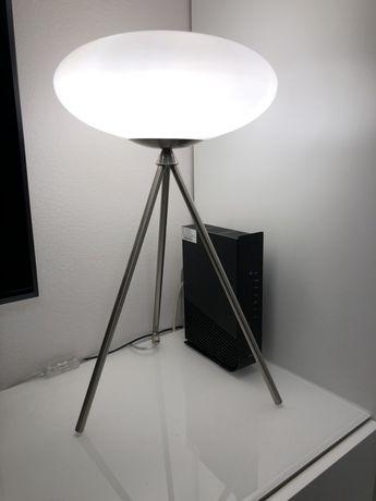 Nowoczesna lampa na trójnogu