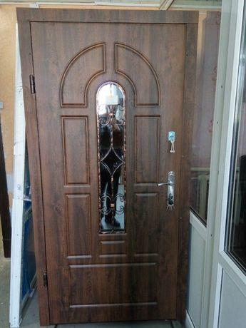 Вхід Вхідні металеві броньовані залізні бронедвері в квартиру будинок.
