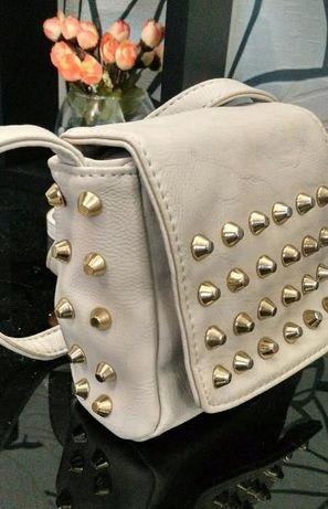Модная маленькая сумка с шипами