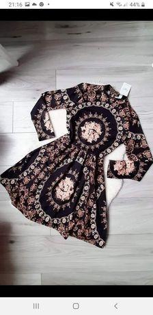 Sukienka w złote wzory łańcuchy