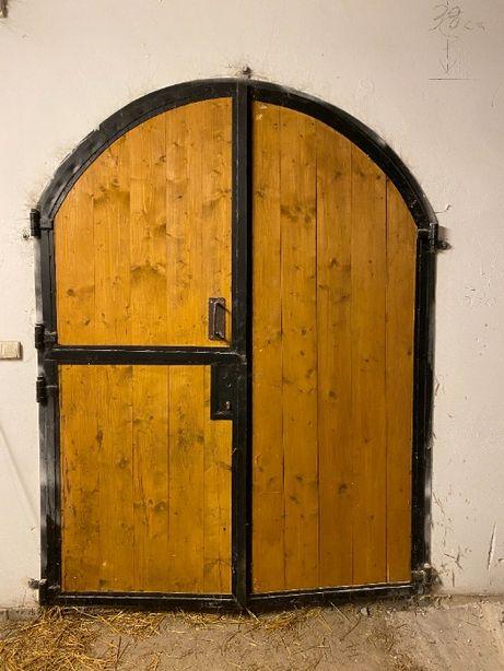 drzwi do stodoły stajni