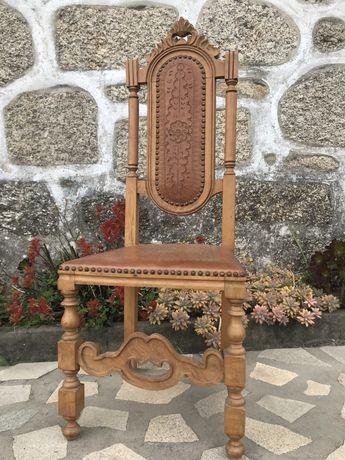 Cadeira vintage em pele gravada