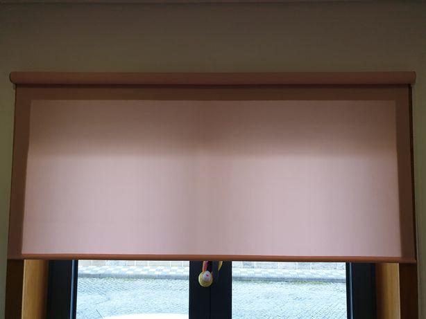 Estore de rolo cor de rosa