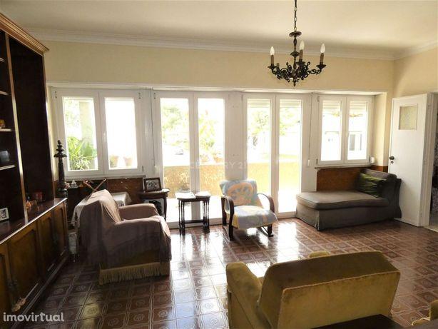 Moradia composta por três pisos com dois bons espaços exteriores, com
