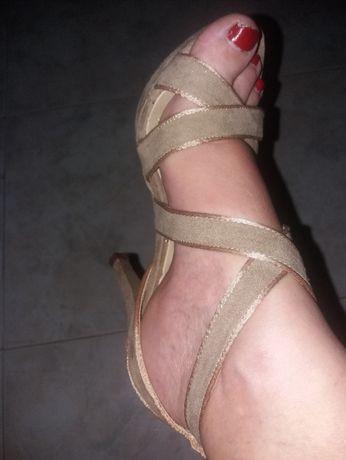 Sandálias novas em péle lindas