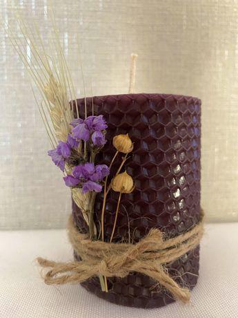 Свічка ручної робити, скручена із вощини, наповнить дім медовим аромат