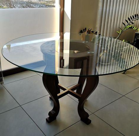Stół szklany okrągły 130 cm ma dębowych nogach.