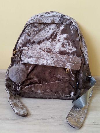Plecak welurowy z pomponem